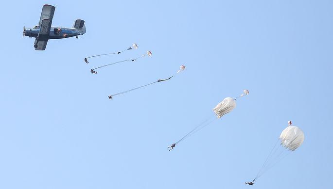 Десантирование парашютистов на воду из самолета Ан-2 во время показательных выступлений десантников...