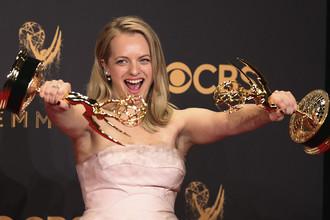 Элизабет Мосс получила приз в номинации «Лучшая актриса драматического сериала» за главную роль в сериале «Рассказ служанки»
