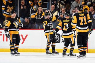 Хоккеисты «Питтсбург Пингвинз» празднует гол в ворота соперника