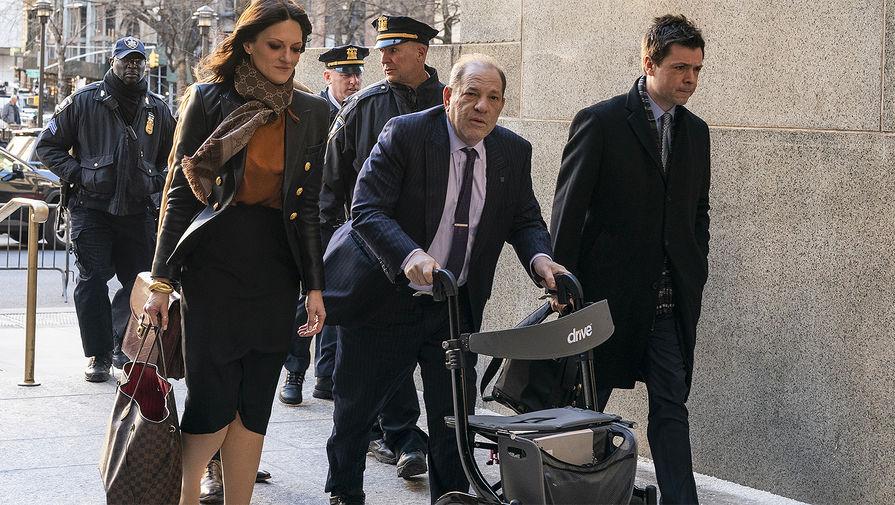 Харви Вайнштейн у здания суда в Нью-Йорке, 2020 года