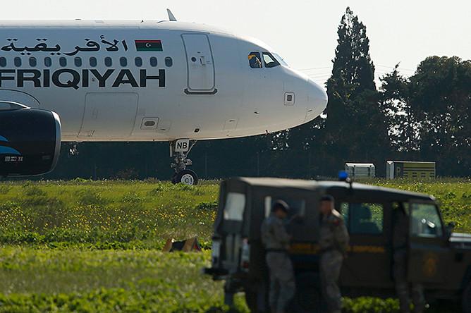 Захваченный ливийский самолет в аэропорту Мальты