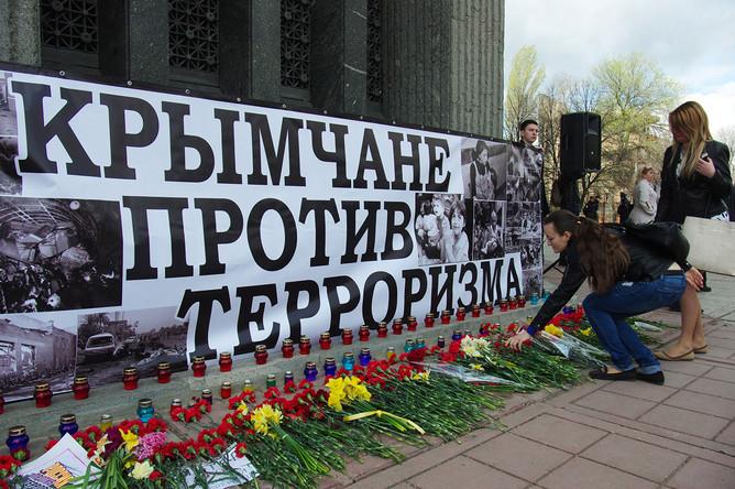 Девушки возлагают цветы во время всероссийской акции «Мы вместе против террора» в Симферополе