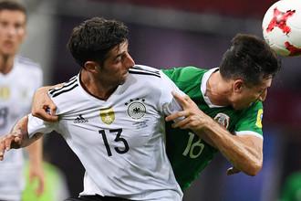 Ларс Штиндль и Эктор Эррера во время матча 1/2 финала Кубка конфедераций-2017 по футболу между сборными Германии и Мексики