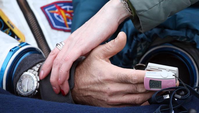 Рука члена экипажа 53/54-й длительной экспедиции на МКС астронавта NASA Марка Ванде Хая после...