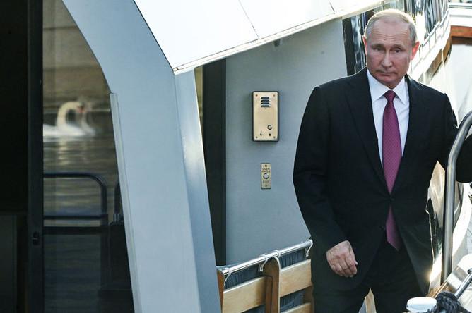 Президент России Владимир Путин на борту катера «Култаранта-8» перед рабочим обедом с президентом Финляндской Республики Саули Ниинистё, 21 августа 2019 года