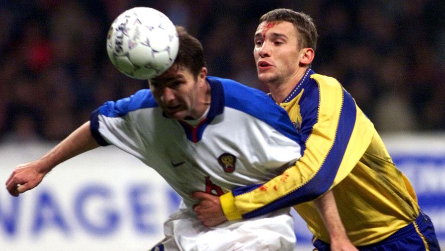 Игрок сборной Украины Андрей Шевченко и игрок сборной России Юрий Дроздов во время отборочного матча Россия- Украина, 9 октября 1999 года