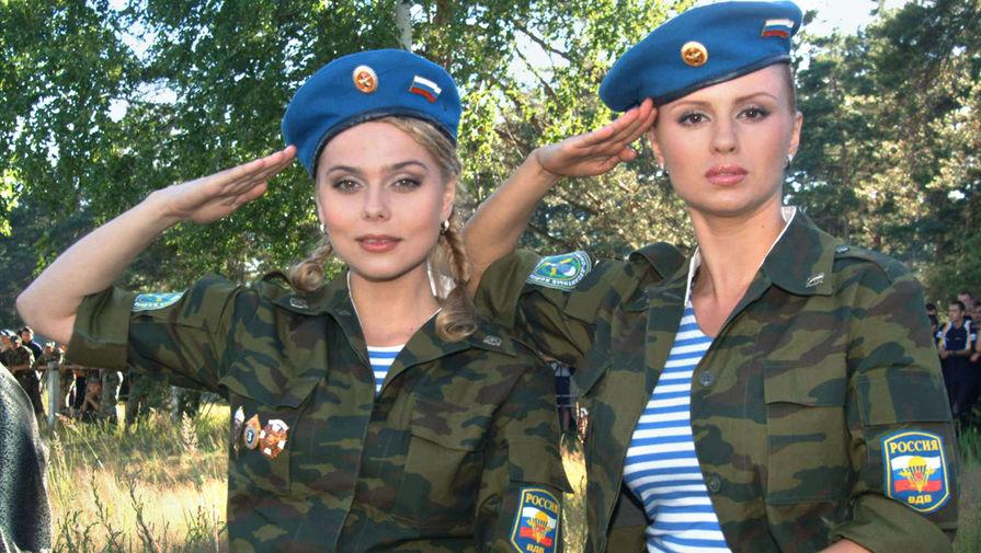 Участницы группы «Блестящие» Ксения Новикова и Анна Семенович во время съемок клипа на песню «Мой брат десантник», 2005 год