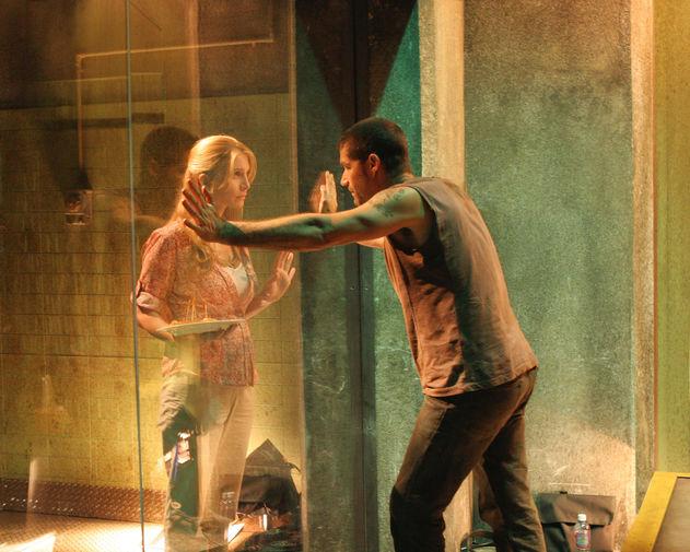 Элизабет Митчелл и Мэттью Фокс в третьем сезоне сериала «Остаться в живых» (2007)