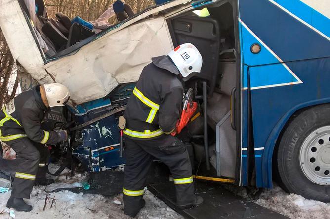На месте столкновения туристического автобуса и грузового автомобиля на 158-м км трассы «Скандинавия»