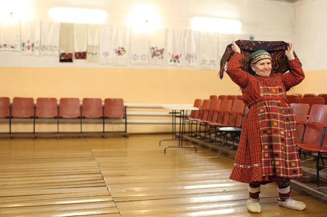 Наталья Пугачева перед началом репетиции в сельском клубе в Бураново, 2012 год