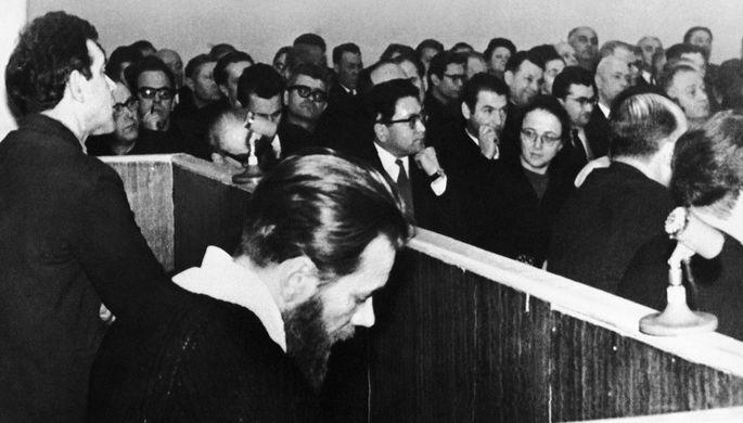 Юлий Даниэль и Андрей Синявский во время судебного заседания, февраль 1966 года