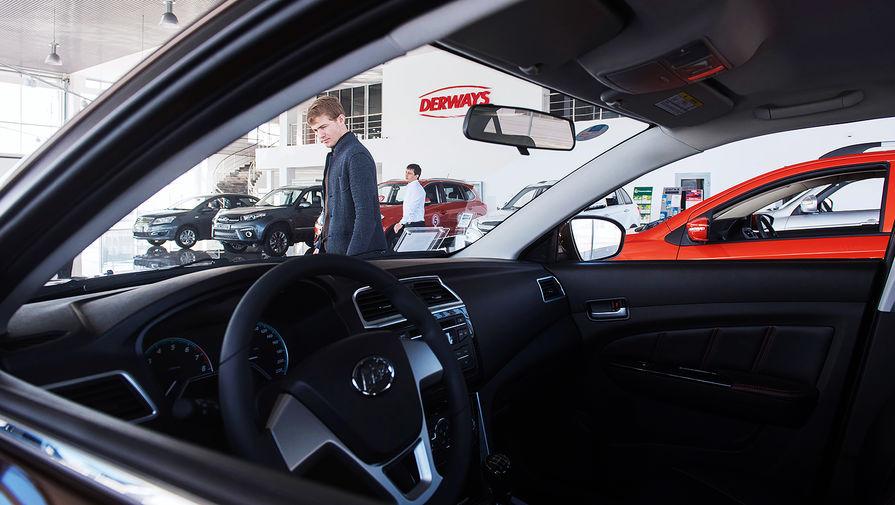 Покупатель осматривает Lifan Solano в автосалоне на территории автозавода «Derways» в Черкесске, 2017 год