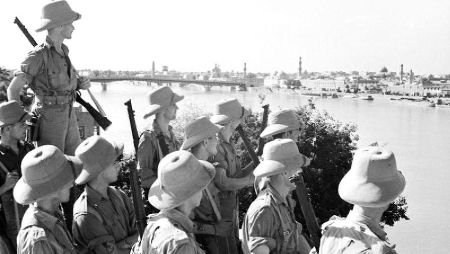 Британские солдаты смотрят на Багдад, 11 июня 1941 года