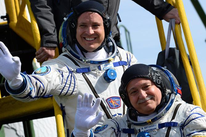 Астронавт NASA Джек Фишер и космонавт «Роскосмоса» Федор Юрчихин перед посадкой в корабль «Союз МС-04» с ракетой-носителем «Союз-ФГ» на стартовой площадке космодрома Байконур, 20 апреля 2017 года