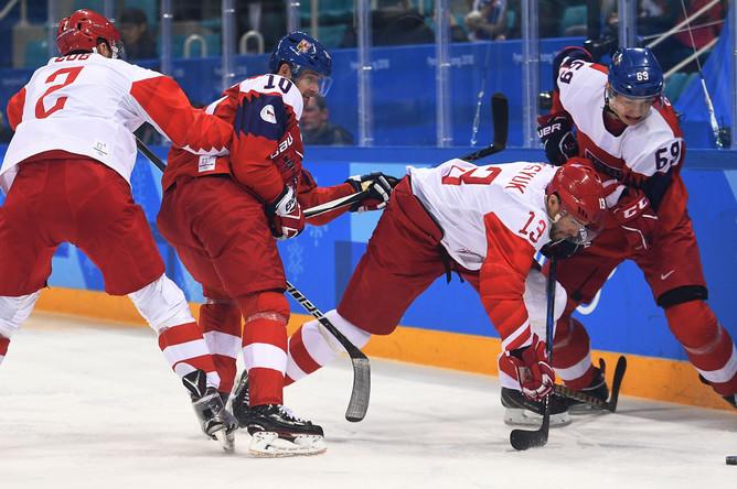 Слева направо: Артем Зуб (Россия), Роман Червенка (Чехия), Павел Дацюк (Россия) и Лукаш Радил (Чехия) в полуфинальном матче Чехия- Россия по хоккею