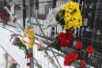 Цветы у посольства Российской Федерации в Киеве в связи трагедией в ТЦ «Зимняя вишня» в Кемерове, 26 марта 2018 года