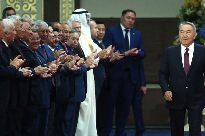 Бывший президент Казахстана Нурсултан Назарбаев (справа) перед началом церемонии принесения присяги избранным президентом Казахстана Касымом-Жомартом Токаевым, 12 июня 2019 года