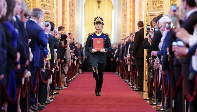 Солдаты Президентского полка вносят специальный экземпляр Конституции России во время церемонии инаугурации президента Владимира Путина в Кремле, 7 мая 2018 года
