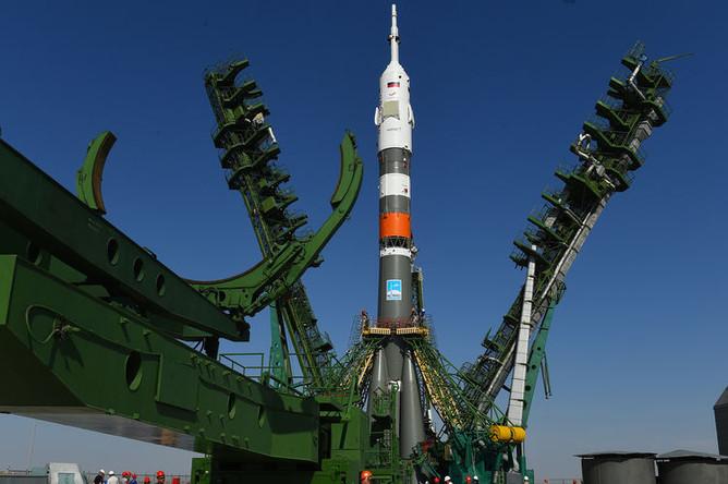 Ракета-носитель «Союз-2.1а» с пилотируемым кораблем «Союз МС-14» во время установки на стартовый комплекс космодрома Байконур, 19 августа 2019 года