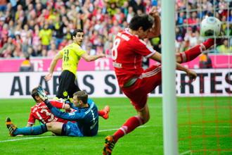 Генрих Мхитарян забивает победный мяч «Баварии»
