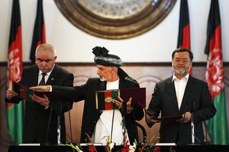 Новый президент Афганистана Ашраф Гани Ахмадзай (в центре) официально вступил в должность
