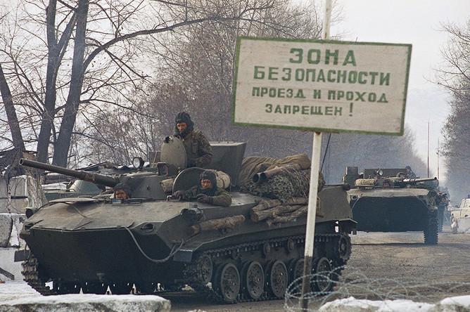 Российские бронетранспортеры двигаются в колонне в сторону Грозного, 12 декабря 1994 года