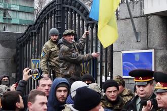 Бойцы 24-го отдельного штурмового батальона вооруженных сил Украины «Айдар» во время пикета у здания минобороны Украины