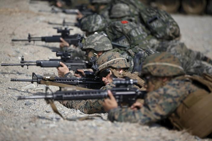 Американские и южнокорейские военные отрабатывают высадку морского десанта на берег