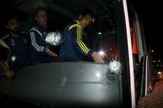 Футболисты и тренеры «Фенербахче» в шоковом состоянии осматривают водительское место