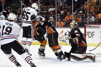 Хоккеист «Чикаго» Эндрю Шоу забивает шайбу ударом головы