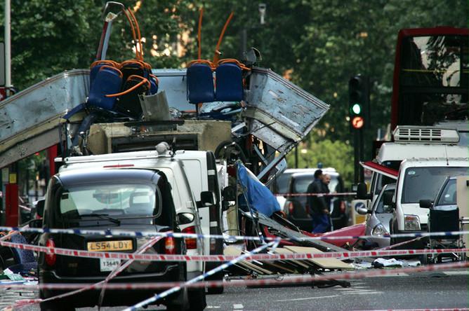 Обломки двухэтажного автобуса и поврежденных автомобилей, разбросанные на площади Тависток-Сквер в Лондоне