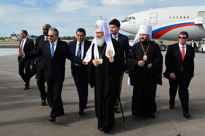 Патриарх Московский и всея Руси Кирилл (в центре) и председатель Государственного совета Кубы Рауль Кастро (слева на первом плане) во время встречи в аэропорту города Гаваны