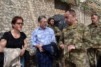 Американский чрезвычайный и полномочный посол Мари Йованович, специальный представитель Госдепартамента США по вопросам Украины Курт Волкер (слева направо) в районе проведения АТО на Украине, 22 июля 2017 года