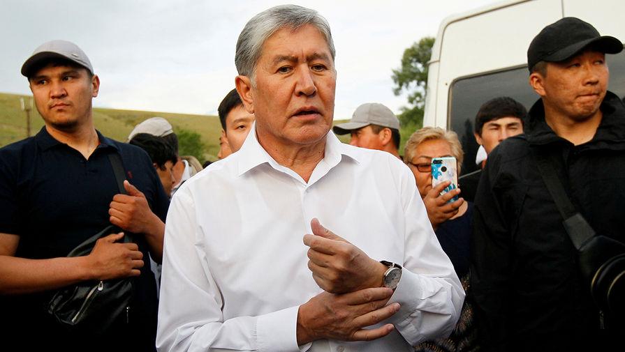 Протестующие попытались ворваться в здание парламента в Бишкеке