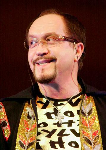 Леонид Борткевич на мемориальном концерте группы «Песняры», посвященном годовщине смерти руководителя ансамбля Владимира Мулявина, 2004 год