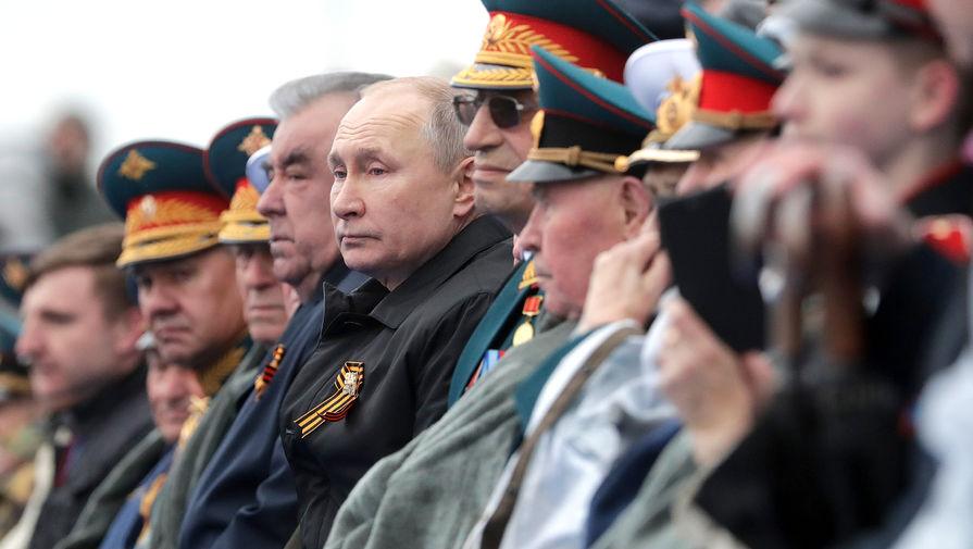 Президент РФ Владимир Путин среди гостей на трибуне во время военного парада в честь 76-й годовщины Победы в Великой Отечественной войне в Москве, 9 мая 2021 года