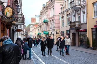 На улице Пилес в Вильнюсе, популярном месте прогулок и туристических маршрутов с живописным видом на город, многочисленными кафе и сувенирными магазинами, Литва