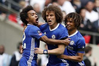 Игроки «Челси» празднуют гол Виллиана