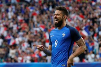 Нападающий лондонского «Арсенала» Оливье Жиру и сборной Франции празднует гол в ворота команды Парагвая в товарищеском матче