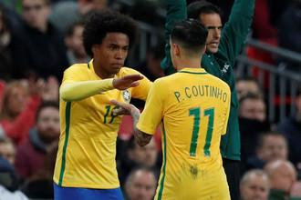 Футболисты сборной Бразилии Виллиан (слева) и Филиппе Коутиньо