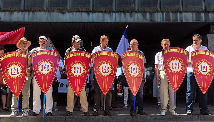 Рига. Участники массового шествия в знак протеста против перевода школ национальных меньшинств на латышский язык обучения, 2 июня 2018 года