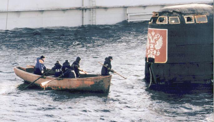 Команда плавучего дока ПД-50 во время осмотра рубки АПЛ «Курск», 23 октября 2001 года