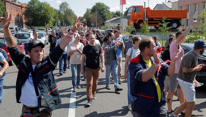 Рабочие идут на митинг у Минского автомобильного завода, 17 августа 2020 года
