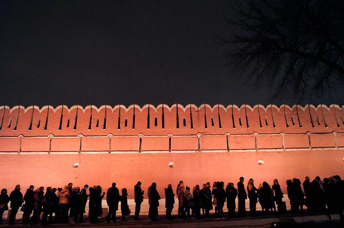 Очередь у стен Донского монастыря, куда доставили мощи крымского святителя Луки Войно-Ясенецкого