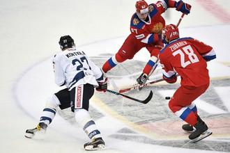 Хоккеисты сборной России против финского спортсмена