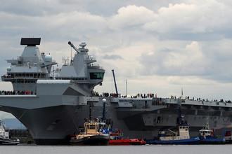 Британский авианосец HMS Queen Elizabeth перед первым рейсом в городе Росайт, Шотландия, 26 июня 2017 года
