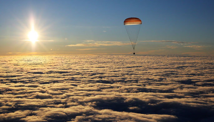 Во время посадки спускаемой капсулы транспортного космического корабля «Союз МС-06» с...