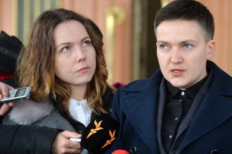 Надежда Савченко с сестрой во время общения с журналистами после допроса в здании СБУ, 15 марта 2018 года