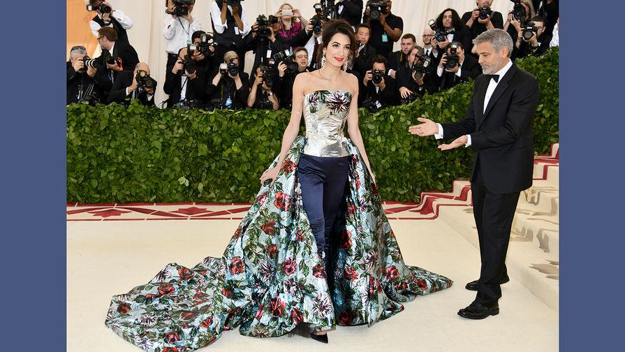 Амаль Клуни и ее супруг Джордж во время бала Института костюма Met Gala в Нью-Йорке, 7 мая 2018 года