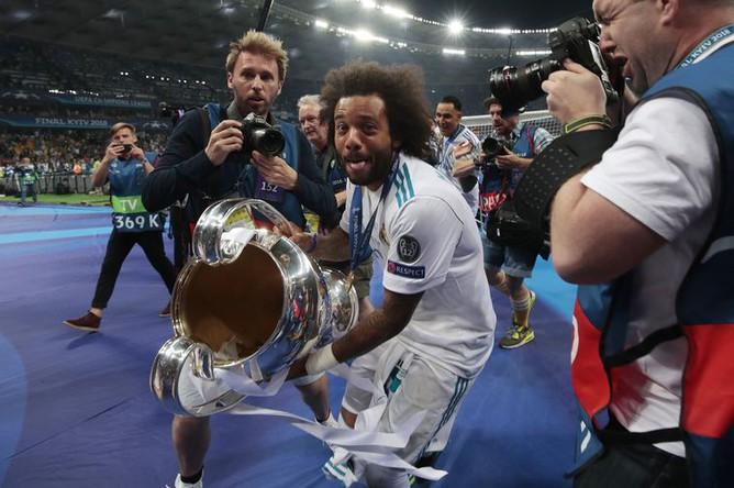 Марсело с трофеем Лиги чемпионов
